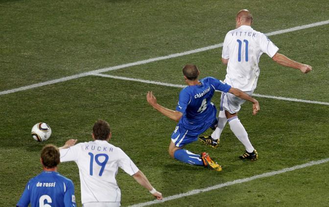 Il raddoppio della Slovacchia. Sul corner, respinge la difesa: Hamsik di piatto fa filtrare palla bassa, Vittek ai 6 metri, destro in anticipo su Chiellini e rete  (Reuters)