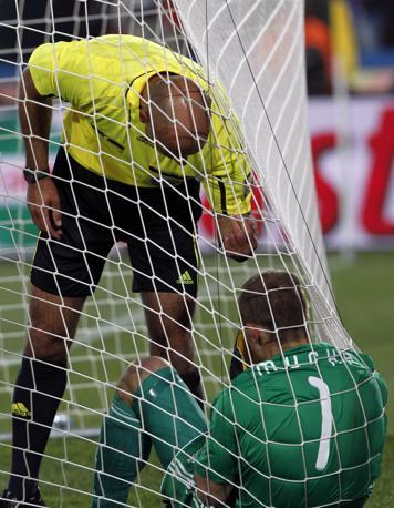 L'arbitro parla con il portiere della Slovacchia Jan Mucha, che ha avuto una lite con Quagliarella dopo il gol azzurro. Ammoniti entrambi  (Ap)