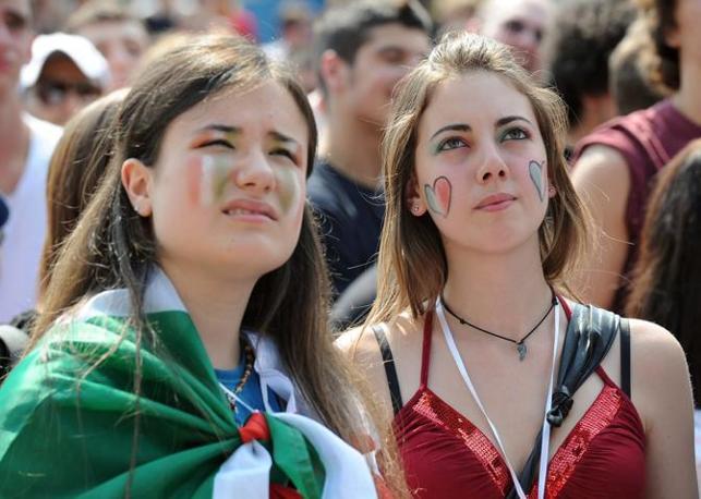 Due tifose assistono alla partita degli azzurri dal maxi schermo a piazza San Carlo, Torino (Ansa/Epa)