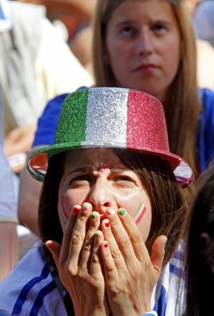 La delusione di una sostenitrice azzurra a  Roma (Ansa/Epa)