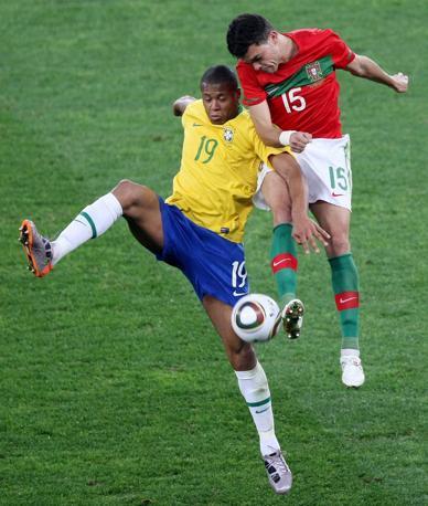 Brasile-Portogallo: Julio Baptista a sinistra in lotta con il portoghese Pepe (Epa)