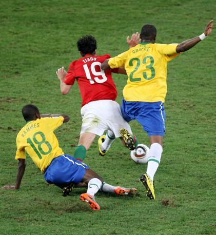 Brasile-Portogallo: Tiago atterrato (Epa)
