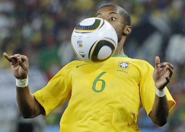 Brasile-Portogallo: controllo di petto di Michel Bastos (Ap)