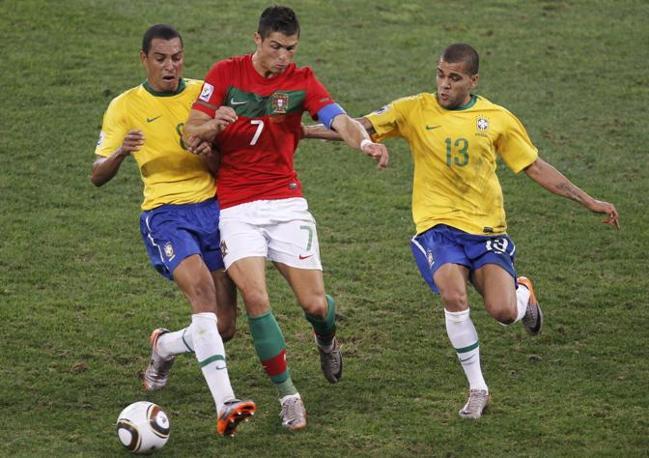 Brasile-Portogallo: Cristiano Ronaldo stretto tra Gilberto Silva e Dani Alves (Ap)