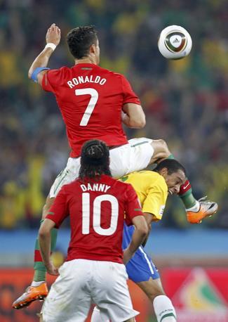"Brasile-Portogallo: Cristiano Ronaldo ""vola"" su Moses Mabhida (Reuters)"