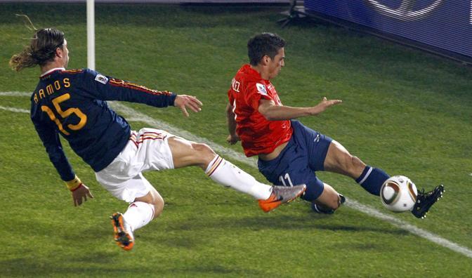 Cile-Spagna: entrata di Sergio Ramos sul cileno Mark Gonzalez (Reuters)