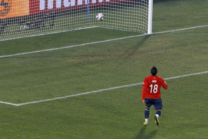 Cile-Spagna: il cilenoJara osserva il pallone entrare nella porta lasciata sguarnita dal suo portiere (Reuters)