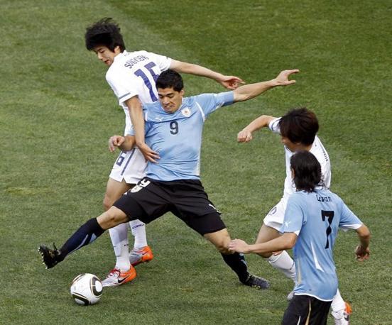 Prima giornata degli ottavi di finale, Uruguay-Corea del Sud: l'attaccante uruguayano Luis Suarez in azione (Reuters)