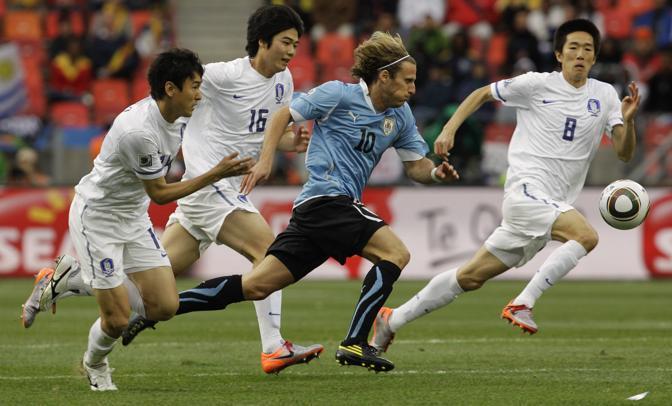 Diego Forlan accerchiato dai coreani (Ap)
