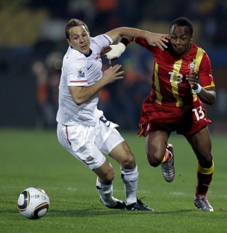 Usa-Ghana: Onyewu e Ayew si contendono la palla (Ap)