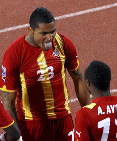 Prince Boateng festeggia il suo gol con la lingua fuori (Reuters)