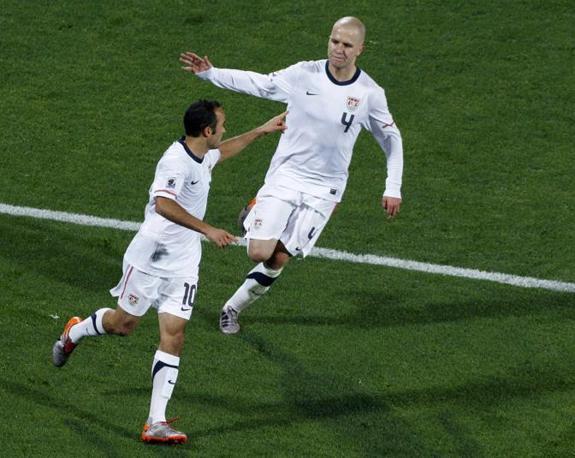 Donovan, a sinistra, esulta dopo aver segnato il gol del pareggio al 17' del secondo tempo (Reuters)