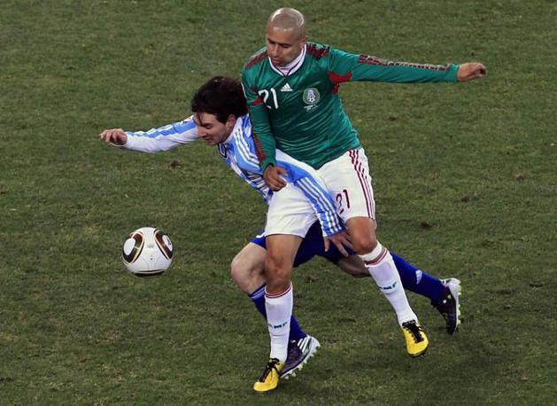 Argentina-Messico: Scontro tra Lionel Messi e  Adolfo Bautista (Ap)
