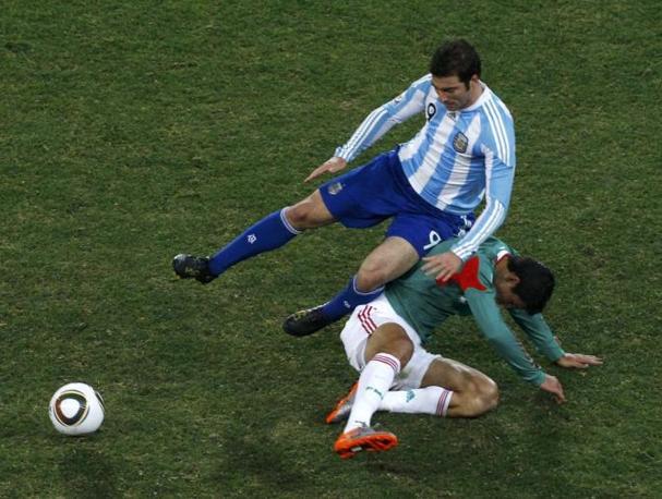 Argentina-Messico: Gonzalo Higuain frana su Francisco Rodriguez