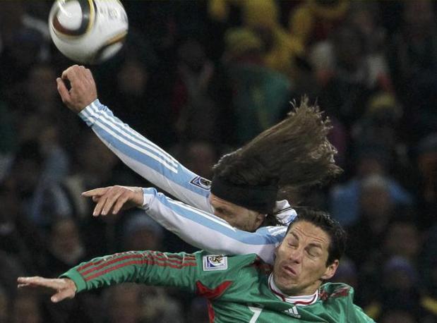 Argentina-Messico: Duello areo tra  Martin Demichelis e Guillermo Franco (Reuters)