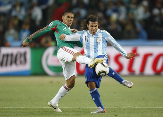 Argentina-Messico: Contrasto tra Carlos Tevez e Carlos Salcido