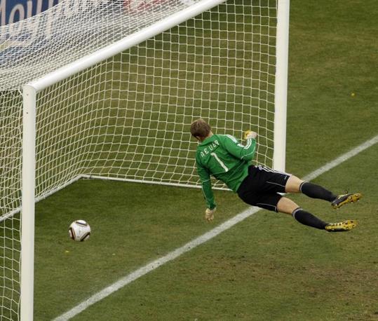 Germania-Inghilterra.  Il portiere tedesco Manuel Neuer osserva la palla oltrepassare la linea, cosa che invece non fa l'arbrito: l'Inghilterra resta a bocca asciutta(AP Photo/Alessandra Tarantino)