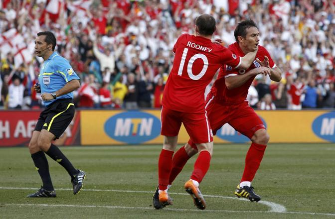 Germania-Inghilterra.  L'inglese Frank Lampard (a destra) festeggia il goal con Wayne Rooney  (Reuters)