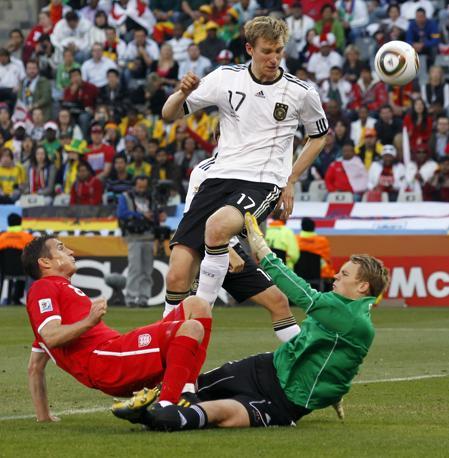 Germania-Inghilterra.  L'inglese Frank Lampard (sinistra) e il tedescoPer Mertesacker (al centro) e il portire tedesco  Manuel Neuer (AP)