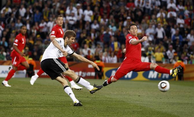 Germania-Inghilterra. In primo piano il tedesco Thomas Mueller (Reuters)