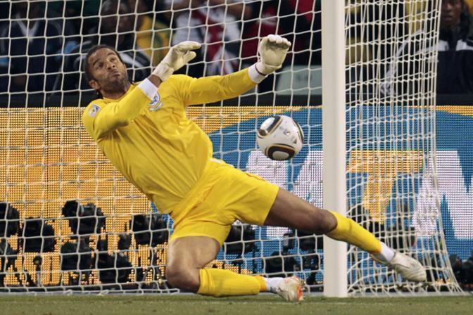 Germania-Inghilterra. Il portiere inglese David James prende un goal (Reuters)