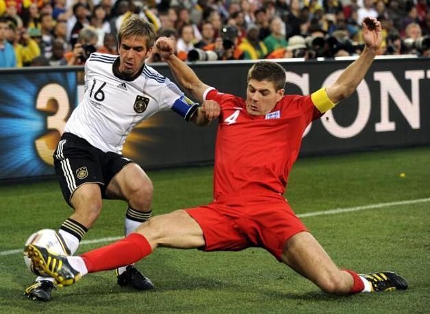 Germania-Inghilterra.  Momento di tensione tra il tedesco Philip Lahm (a sinistra)  e l'inglese Steven Gerrard (Epa)