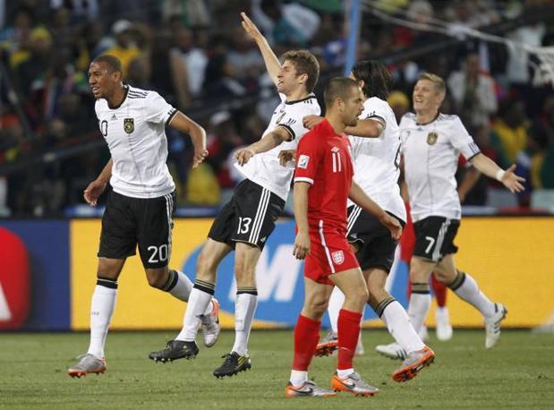 Germania-Inghilterra. Entusiamo per il goal tra i giocatori della Germania (Reuters)