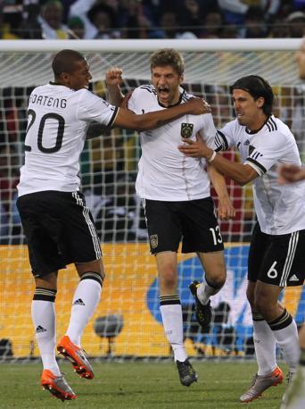 Germania-Inghilterra.Thomas Mueller conJerome Boateng (sinistra)  e Sami Khedira  (AP Photo/Bernat Armangue)