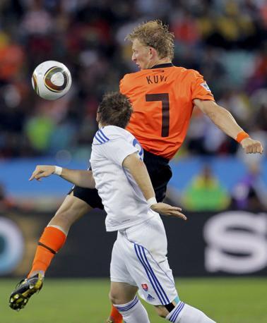 Olanda-Slovacchia: contrasto tra Dirk Kuyt e Peter Pekarik (Reuters)