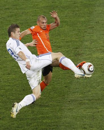 Olanda-Slovacchia:  lo slovacco Kucka su Sneijder (Reuters)