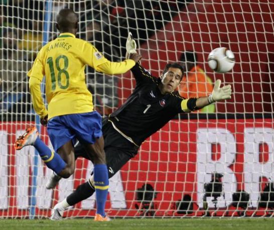 Brasile-Cile: il portiere cileno non riesce a parare il tiro di Robinho. gol del brasiliano (Ap)