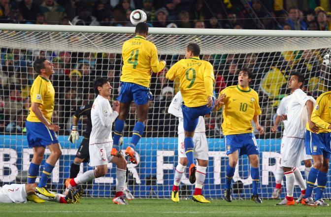 Brasile-Cile: l'incredibile salto del brasiliano Juan, che segna di testa (Fabio Bozzani)