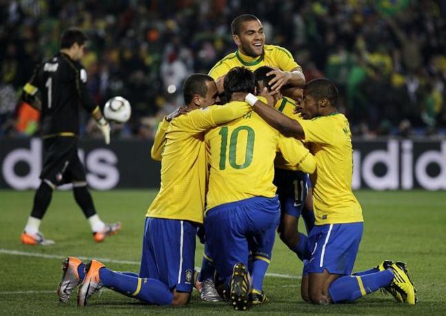 Brasile-Cile: Robinho e compagni festeggiano il gol (Ap)