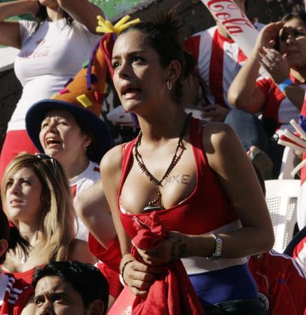È il momento della partita dei quarti con la Spagna: Larissa è visibilmente tesa e ha un nuovo tatuaggio, forse pubblicitario (Reuters)