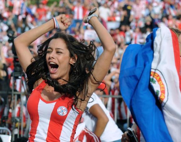 Modella sudamericana, generosa nelle forme e nel decolletè, Larissa deve la sua improvvisa notorietà internazionale all'exploit del Paraguay e alle fotografie che le sono state scattate durante la partita con l'Italia, quando, 'coperta' da una strettissima quanto minuscola canottiera biancorossa, ha dato sfogo alla sua esuberanza con una esultanza irrefrenabile al gol di Alcaraz contro gli azzurri (Afp)
