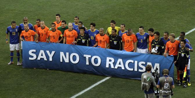 Olanda-Brasile 2-1: le due squadre con uno striscione contro il razzismo prima del calcio d'inizio (Ap)