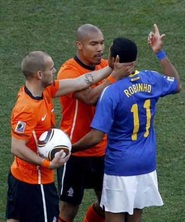 Olanda-Brasile 2-1: Sneijder e de Jong discutono con Robinho (Reuters)