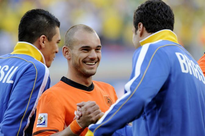 Olanda-Brasile 2-1: Sneijder con l'altro interista Julio Cesar, portiere del Brasile (Epa)