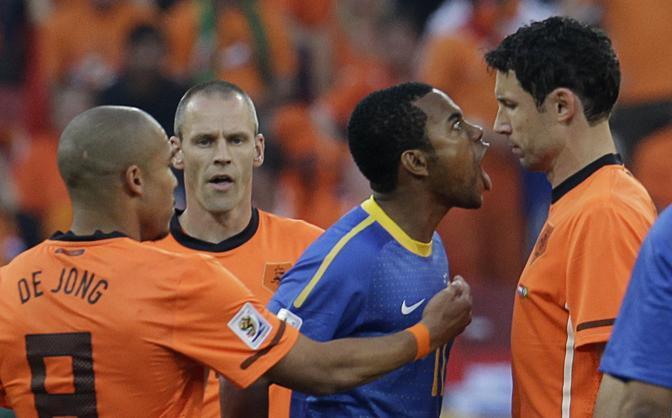 Olanda-Brasile 2-1: Robinho discute con van Bommel (Reuters)