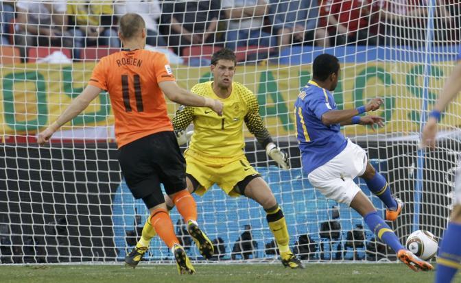 Olanda-Brasile 2-1: il gol di Robinho, all'11' del primo tempo, fa sperare i verdeoro (Reuters)