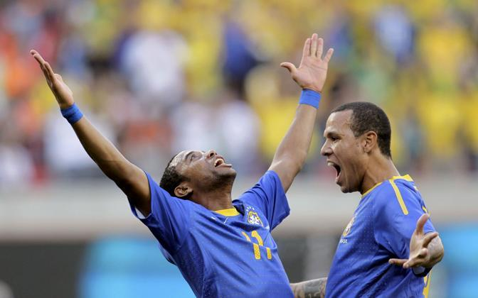 Olanda-Brasile 2-1: Robinho festeggia il gol (Reuters)