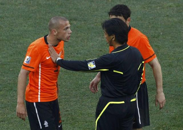 Olanda-Brasile 2-1: Heitinga discute con l'arbitro, il giapponese Nishimura (Reuters)