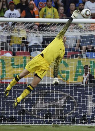 Olanda-Brasile 2-1: un salvataggio del portiere olandese Stekelenburg (Ap)