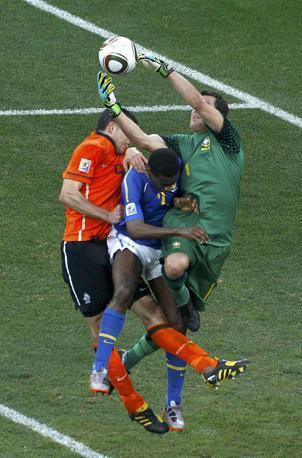 Olanda-Brasile 2-1: uno scontro tra Julio Cesar, van Persie e Juan (Reuters)