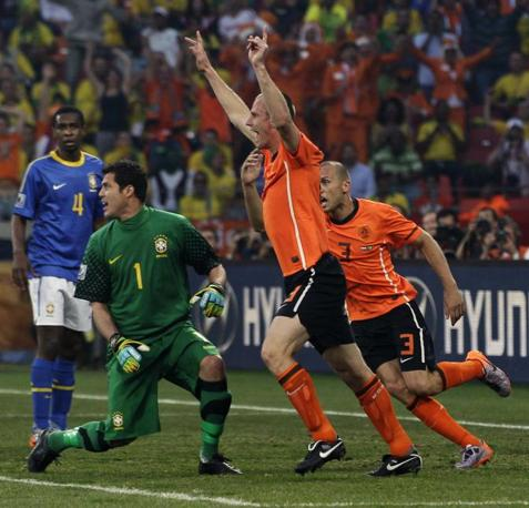 Olanda-Brasile 2-1: Heitinga e Ooijer festeggiano dopo l'autogol del Brasile (Ap)