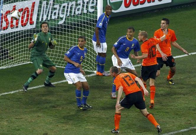 Olanda-Brasile 2-1: il gol di Sneijder, al 24' del secondo tempo, segna il crollo delle speranze dei verdeoro (Reuters)