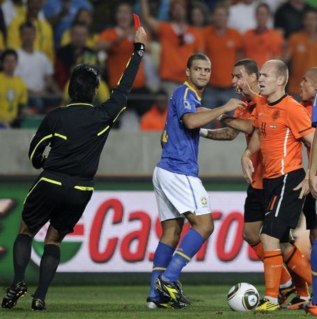 Olanda-Brasile 2-1: per il Brasile la conclusione è stata ancora più amara, con l'espulsione di Felipe Melo per rissa al 73' del secondo tempo (Ap)