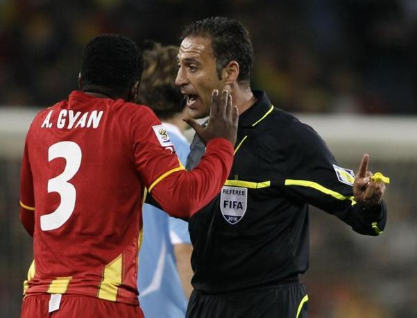 Uruguay-Ghana 5-3: Gyan discute con l'arbitro, il portoghese Olegario Benquerenca (Ap)