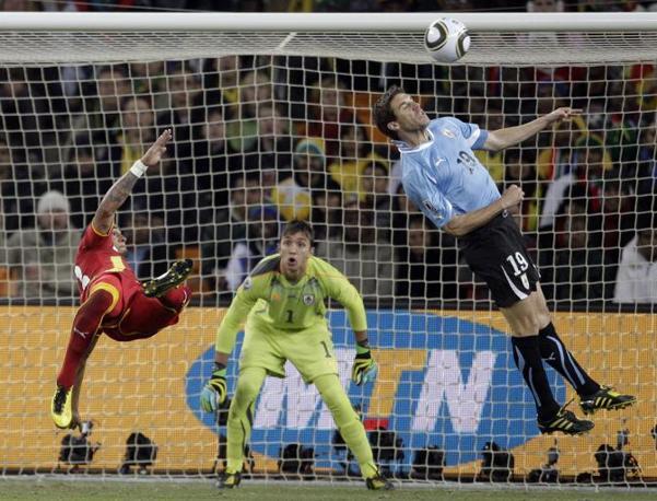 Uruguay-Ghana 5-3: acrobazia di Boateng (Ap)