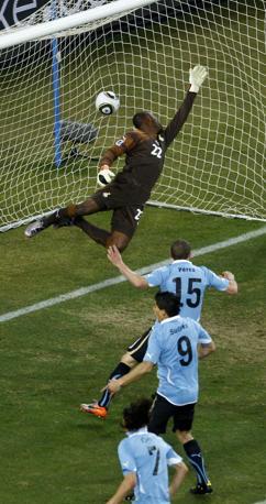 Uruguay-Ghana 5-3: il gol del pareggio di Forlan, al 10' del secondo tempo (Reuters)